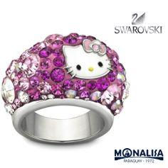 ¡Un anillo llamativo para los Hello Kitty fans! Y viene de la mano de Swarovski.   El anillo luce la cara de nuestra famosa gatita y brilla maravillosamente con luz rosa, fucsia, y cristales transparentes engastados con la técnica de la firma Swarovski Pointiage®.
