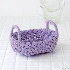 小さいけど華やかなクラフトバンドで作る手編みかごの作り方 | ぬくもり #かご・バスケット #クラフトバンド #かご #華やか #エコクラフト #花結び編み #籠 #手作り #作り方 #ハンドメイド #手芸 #NUKUMORE Weaving For Kids, Diy And Crafts, Arts And Crafts, Macrame Art, Weaving Projects, Basket Bag, Miniature Furniture, Merino Wool Blanket, Basket Weaving