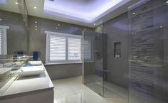 banheiro porcelanato cinza nicho shampoo cuba apoio persiana