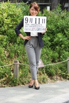 9月11日公衆電話の日1900年明治33年のこの日日本初の自動公衆電話が東京の新橋と上野駅前に設置されました   当時は自動電話と呼ばれていて交換手を呼びだしてからお金を入れて相手につないでもらうものでした1925年大正14年ダイヤル式で交換手を必要としない電話が登場してから公衆電話と呼ばれるようになりました  全国の公衆電話数は2000年には73万台以上ありましたが2015年にはおよそ17万台に減少しています   さて本日の美人カレンダーは女性営業マンの鵜林美里さん24です   詳しくはQBC 九州ビジネスチャンネルをご覧ください tags[福岡県]