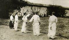 Although archery involves deadly weapons, it was closely associated with korean ladies. archery was a way of kind of mental training. korea bow has very elasticity and Power. it was instrument of mental training.조선 사람들은 양반이나 서민이나 활쏘기를 좋아한다. 정부는 이 운동이 훌륭한 사수를 길러내는 하나의 좋은 방법이라고 생각하여 장려하고 있다. 조선인들은 유약하다거나 비겁하지 않다. 신체의 단련이며, 활쏘기, 사냥에 많은 취미를 가지고 있고, 피로 앞에 굴복하지 않는다. - 프랑스 선교사, 지리학자 뒤알드(Du Halde)