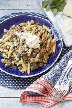 Maalvleis en pasta bly maar net 'n staatmaker! Penne, Pasta Salad, Pizza, Meet, Ethnic Recipes, Food, Al Dente, Crab Pasta Salad, Essen