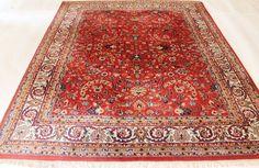 In de aanbieding is een met de hand geknoopt Perzisch tapijt oriënteren; deze tapijten zijn vervaardigd in de bekende knopen gebieden.    Neem eens een kijkje op het tapijt met geduld en aandacht. Elk kleed met de hand gemaakt heeft zijn eigen patroon, schoonheid en kleur harmonie, uniek en daarom een stuk van de kunst op zich.  Provincie Indo Ghom Gemaakt in India Het scheren wol op katoen, rond 1990 Ca. 250.000 knopen per vierkante meter De deken heeft de afmeting van 200 cm x 250 cm…