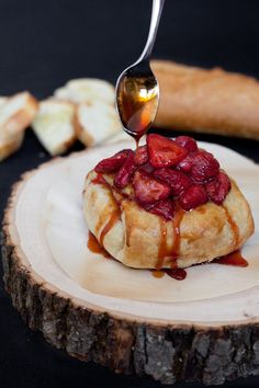 Baked Brie with Roasted Strawberries; I can't wait to eat Brie again. Think Food, Love Food, Appetizer Recipes, Dessert Recipes, Appetizers, Delicious Desserts, Yummy Food, Roasted Strawberries, Baked Brie