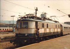 118 013-2 in Ozeanblau-Beigen Gewand am 29.07.1982 im Hbf Stuttgart. Abzug eines Fotos.
