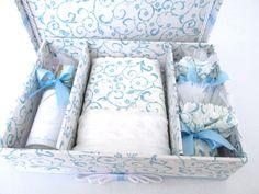 Caixa Lavabo para presentear sua madrinha.  Incluso caixa + toalhinha + sabonete líquido +2 sachês  Frasco de plástico com 125ml e 15,5cm de altura  Tamanho 24x17x6