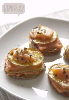 Sliced potatoes and salmon appetizer Tapas, Mini Appetizers, Appetizer Recipes, Salmon Appetizer, Brunch, Xmas Food, Appetisers, Creative Food, Fish Recipes
