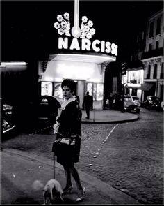 """""""Anita au caniche devant le Narcisse"""", place Pigalle, vers 1965. Une photo de © Christer Strömholm (1918-2002)  (Paris 9ème)"""