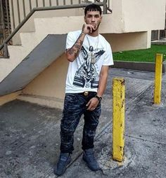 Anuel AA is a rapper who is well known among young people. Anuel is dressed urban style, his favourite shoes are the Jordans. He is tall he has black hair and brown eyes Anuel Aa Wallpaper, Brown Eyes Black Hair, Latin Artists, Amazing Girlfriend, Asian Love, City Boy, Urban Street Style, Urban Style, Urban Dresses