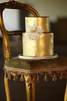 edible golden cake would be pretty if the bride and bridesmaids had gold accents in their dresses