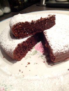 Il Moelleux al cioccolato è un dolce tipico della cucina francese che spesso viene erroneamente confuso con i tortini con il cuore fondente (qui trovi la ricetta) ma in realtà sono due preparazioni molto diverse.