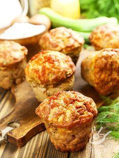 Muffins with zucchini and cheese - I Muffins con zucchine, Castelmagno e erbette sono una preparazione saporita, ideale da consumare come antipasto o come pasto da consumare fuori casa. #muffinaglizucchini