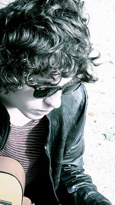 He kind of looks like Harry Styles. But DAT HAIR! Luke Pritchard from the Kooks. Two Door Cinema Club, The Kooks, Music Is My Escape, Britpop, The Black Keys, Music Film, Types Of Music, Drawing People, Music Bands