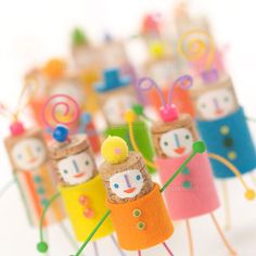 ポーズをとって並ぶコルク人形 クラフト  (c)artparadigm