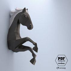 Drücken Sie Ihre innere Wildheit mit einem beeindruckenden temperamentvolle Pferd! Machen Sie diese low-Poly läuft Pferd zusammen - an einem regnerischen Sonntag Nachmittag, während der Schulferien oder für ihre Geburtstagsparty. Und wenn Sie fertig sind, hängen Sie es in ihrem Schlafzimmer, zum Geburtstag zu präsentieren und an Ihr kreatives Genie begeistern! (Oder bist du erfinderisch Erwachsener will das Pferd für sich selbst – dieser ist für Sie zu!) Dieses majestätische Pferd 13-jähr...