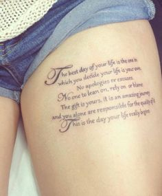 Oberschenkel Schrift Tattoo Frau