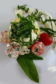 """"""" Pasta / Bärlauch / Frischkäse / Sauce """"  Zutaten - 2.Portionen  -250.g Spaghetti - 100.g Bärlauch - 200.g Frischkäse - 200.ml Schlagsahne - Salz & Pfeffer aus der Mühle - 1. Schalotte - 250.g Cocktail Tomaten - Olivenöl"""