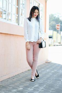 loo com calça rose, camisa branca, sapatilha e bolsa divertida 3