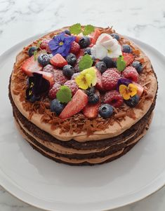 Pink Ribbon Breakfast Chocolate Very Berry Layer Cake Good Food, Yummy Food, Delicious Recipes, Amazing Recipes, Berry Compote, Berry Cake, Cake Trends, Kiwi, Chefs