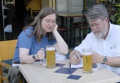 Para que um relacionamento funcione por bastante tempo, dizem que não basta o amor: é preciso ter coisas em comum. E melhor ainda se esse interesse compartilhado for cerveja. É o caso de Ellie e Bob Tupper, que já provaram 25 mil cervejas diferentes em 35 anos de relacionamento e viagens. A cerveja escolhida para celebrar a marca foi a Tuppers' 25k, da cervejaria Lost Rhino, uma cerveja especial com 7,9% de teor alcoólico.O que começou como uma brincadeira de um casal que gosta de viajar por…