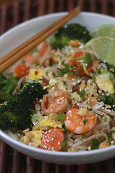 Pad Thai www.antojandoando.com Thai Recipes, Asian Recipes, Healthy Recipes, Comida China Chop Suey, Phad Thai, Yummy Food, Tasty, Food Videos, Pasta Salad