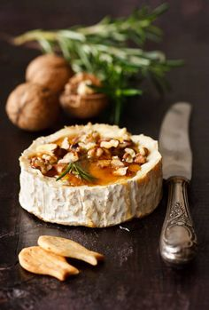 Queso Camembert al horno con miel, nueces y romero //Grilled Camembert Cheese with honey, walnuts and rosemary Baked Brie Honey, Candied Walnuts, Pecans, Almonds, Cuisine Diverse, Baking With Honey, Appetisers, Appetizer Recipes, Gastronomia