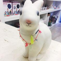 The Blue Pumpkin concept store. Hoy hemos decorado la lámpara Egmont con un collar de Meri Meri. #rabbitlamp #egmonttoys