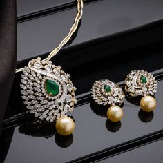Jewellery Designs: Enchanting Diamond Locket for Evening Parties Indian Jewellery Design, Latest Jewellery, Indian Jewelry, Jewelry Design, Geek Jewelry, Vintage Jewellery, Gold Jewellery, Antique Jewelry, Diamond Necklace Set