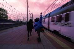 Sometimes is good to have blurry pictures however not for the school yearbook. Photographie Indie, Photographie Portrait Inspiration, Tmblr Girl, Video Vintage, Teenage Dream, Coming Of Age, Running Away, Skateboarding, Aesthetic Pictures
