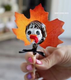 Tootsie Pop Turkeys! ADORABLE & easy Thanksgiving turkey craft idea for all ages. You will need a Tootsie Pop and some simple craft supplies.