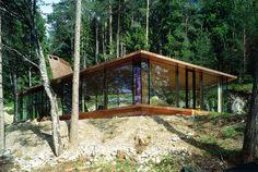 Cachée dans la forêt épaisse à Mösern en Autriche, cette maison est la reproduction à taille réelle du modèle architectural de l'artiste allemand Thomas Schütte. Jablonka a donc demandé à ce qu'elle soit construite sur sa propriété comme résidence d'été. Entièrement transparente, son enveloppe extérieure est composée de bois et de verre et transpercée par une cheminée tout à fait unique.