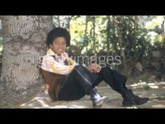 ▶ People Make the World Go 'Round - Michael Jackson - YouTube A young Michael's cover of 'The Stylistics' song.