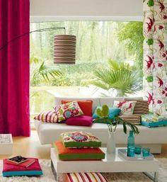 almofadas coloridas com cortina rosa