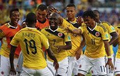 Juan Guillermo Cuadrado y el equipo celebrando el 1:0 contra Japón