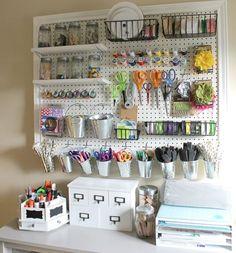 Não dispense um painel de ferramentas perfurado. Nele você pode prender ganchos para acomodar peças como tesouras e alicates - Ademilar