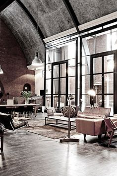 I like this loft with this immense room of life  flooded by the light of these exceptional windows...