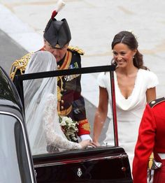 Catherine Middleton arrives at Westminster Abbey to marry Prince William on April 2011 in London, England. Pippa Middleton Wedding, Princess Kate Middleton, Kate Middleton Style, Prince William Family, Prince William And Catherine, Royal Brides, Royal Weddings, Kate Wedding Dress, Royal Wedding 2011