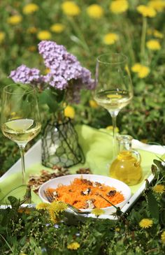 Dióolajos sárgarépa saláta White Wine, Alcoholic Drinks, Table Decorations, Food, Home Decor, Decoration Home, Room Decor, Essen, White Wines