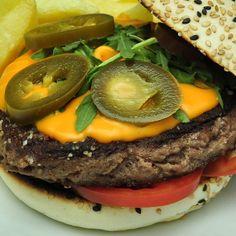 La Buey: Carne de Buey, tomate, salsa cheddar, rúcula y jalapeños