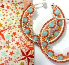 Cette paire de boucles d'oreilles est réalisée en tissage de perles Miyuki Delicas (taille 11/0) d'origine japonaise et de 8 grosses perles en verre. Les créoles sur lesquell - 18125020