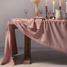 Η φανταστική όψη και ο μονόχρωμος σχεδιασμός που χαρακτηρίζουν το Τραπεζομάντηλο English Rose θα φέρουν στον χώρο σας την πολυτέλεια που σας αξίζει. Η εξαιρετικής ποιότητας κατασκευή προσφέρει υπέροχη υφή και ανθεκτικότητα. Διαθέτει ραφή αζούρ. Κάντε το δικό σας στην καλύτερη τιμή της αγοράς με ένα κλικ στο designdrops. English Roses, Cotton Linen, Furniture, Home Decor, Products, Cotton Sheets, Decoration Home, Room Decor, Home Furnishings