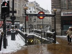 """* """"Piccadilly Circus"""" Tube Station * Entrance. Londres, Inglaterra."""