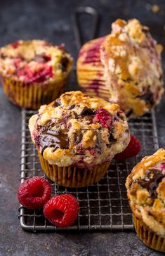 these Dark Chocolate Chunk Raspberry Crumb Muffins are so easy and delicious! Perfect for breakfast or brunch. day food desserts cake recipes Dark Chocolate Chunk Raspberry Crumb Muffins - Baker by Nature Muffin Recipes, Baking Recipes, Cake Recipes, Dessert Recipes, Raspberry Muffins, Raspberry Breakfast, Lemon Poppyseed Muffins, Chocolate Muffins, Baking Chocolate