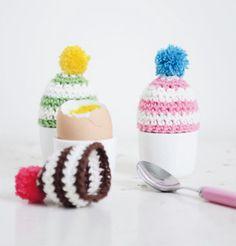 Maak dit jaar met Pasen voor iedereen voor tijdens het ontbijt gehaakte eiermutsjes.