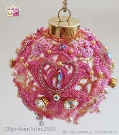 Елочный шар Лувр Christmas Bulbs, Perfume Bottles, Candles, Embroidery, Holiday Decor, Beauty, Christmas Light Bulbs, Needlework, Perfume Bottle