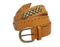 75a6a4cdfa8d La ceinture IBAITI cloutée couleur caramel très tendance pour un look  baroudeuse chic. Porter taille