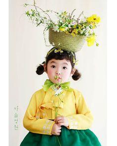 ㆍ봄이 소쿠리째🌱🌼🐥🐤🐣🌼 ㆍ@doyeon_hanbok ㆍ#하늘정원#하늘정원스튜디오 #사람그림그리는곳#절대부러움 #한복#아동한복#설빔#도연한복 #딸맘#5살#성장사진#육아일기#봄#꽃#생화#스튜디오 Portrait Au Crayon, L'art Du Portrait, Korean Traditional Dress, Traditional Dresses, Portraits Illustrés, People Poses, Pose Reference Photo, Figure Poses, Aesthetic People