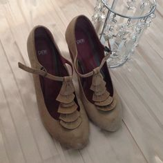 Light brown (latte) thick heel pumps Leather upper and lining. Some minor scrapes on the heels. They look like distressed wood so is not noticeable Pink Studio Shoes Heels