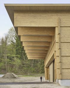 Interlocking timber planks form Workshop Andelfingen by Rossetti + Wyss Architekten Timber Architecture, Timber Buildings, Architecture Details, Arcade Architecture, Structure Wood, Therme Vals, Timber Planks, Wooden Facade, Workshop