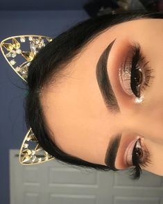 Here are the latest eye makeup looks which will steal your hearts.Eyeshadow is one of those makeup techniques that takes time, practice and patience to Prom Makeup Looks, Cute Makeup, Gorgeous Makeup, Pretty Makeup, Simple Prom Makeup, Gold Makeup Looks, Flawless Makeup, Pretty Hair, Makeup Goals
